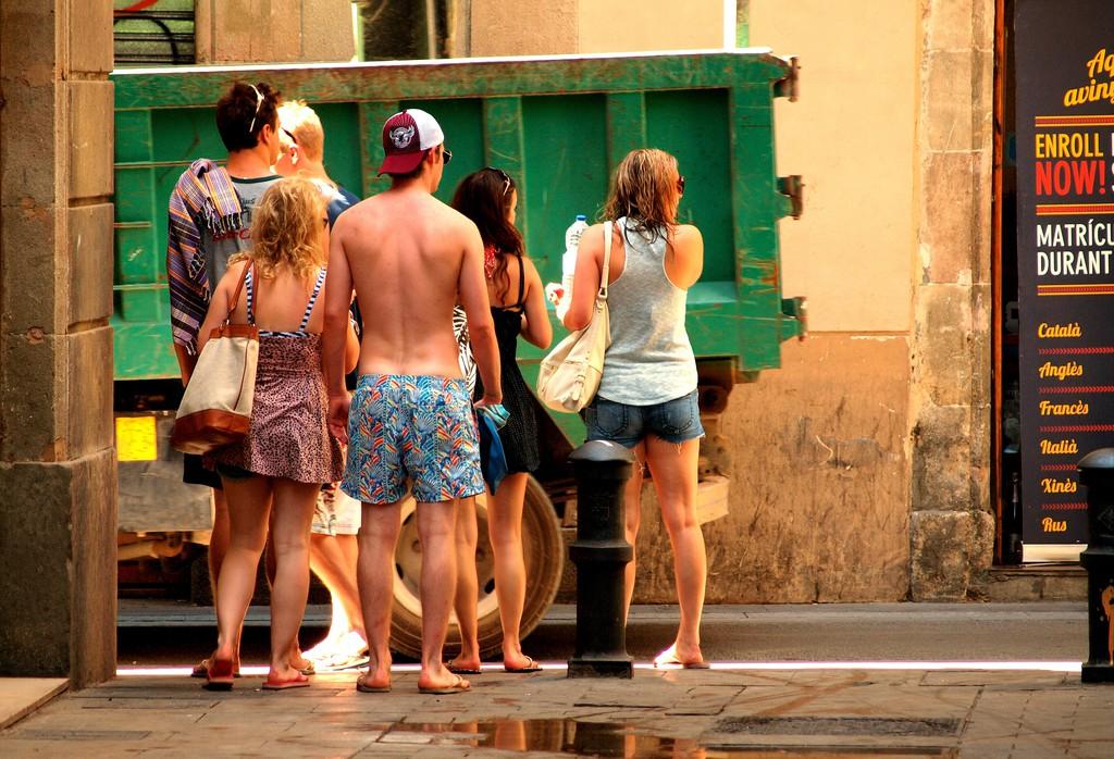 Tourists in beachwear © zoetnet