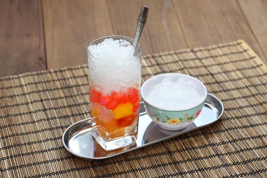 Che is a Vietnamese sweet dessert soup, usually served in a glass over ice and eaten with a spoon