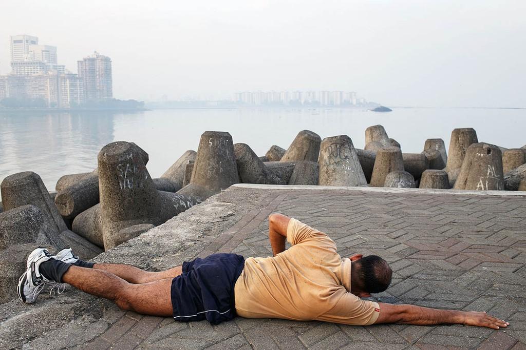 india_mumbai_nariman_point_marine_drive_sea_promenade_morning_exercising_exercise_fitness