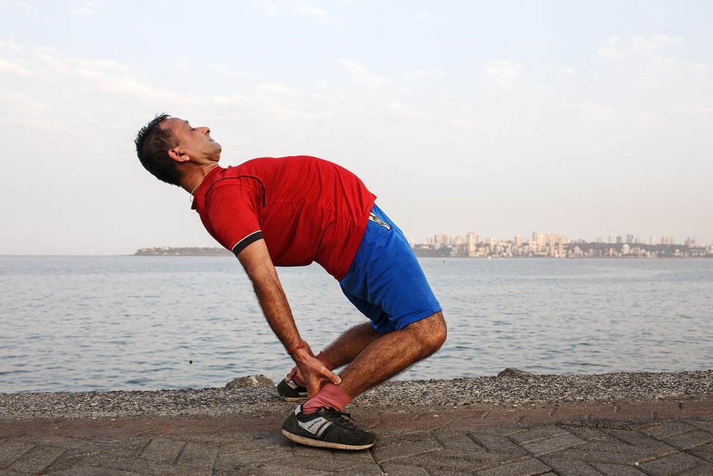 india_mumbai_nariman_point_marine_drive_sea_promenade_morning_exercising_exercise_humour_bombay