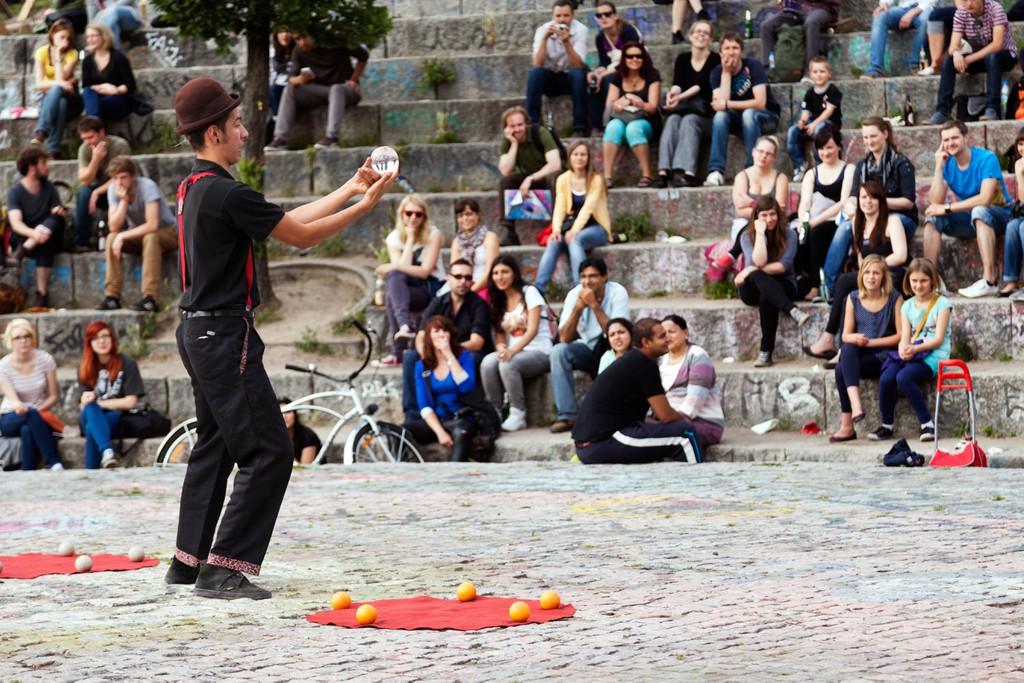 Artista callejero un domingo por la tarde en Mauerpark