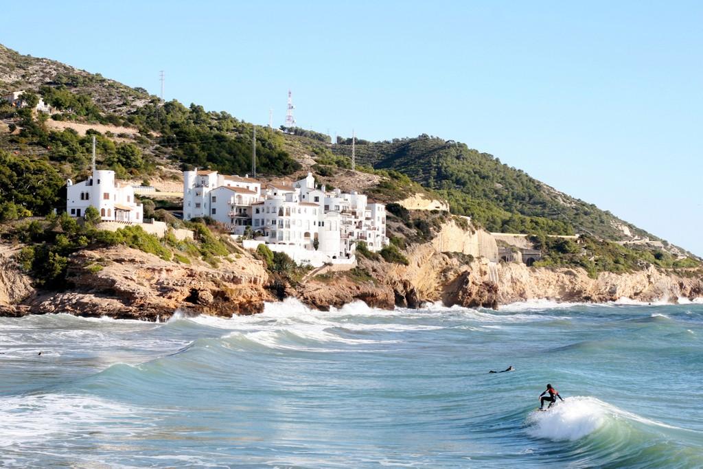 Uma foto de um surfista na praia de Aiguadolc em Sitges, Barcelona, Espanha