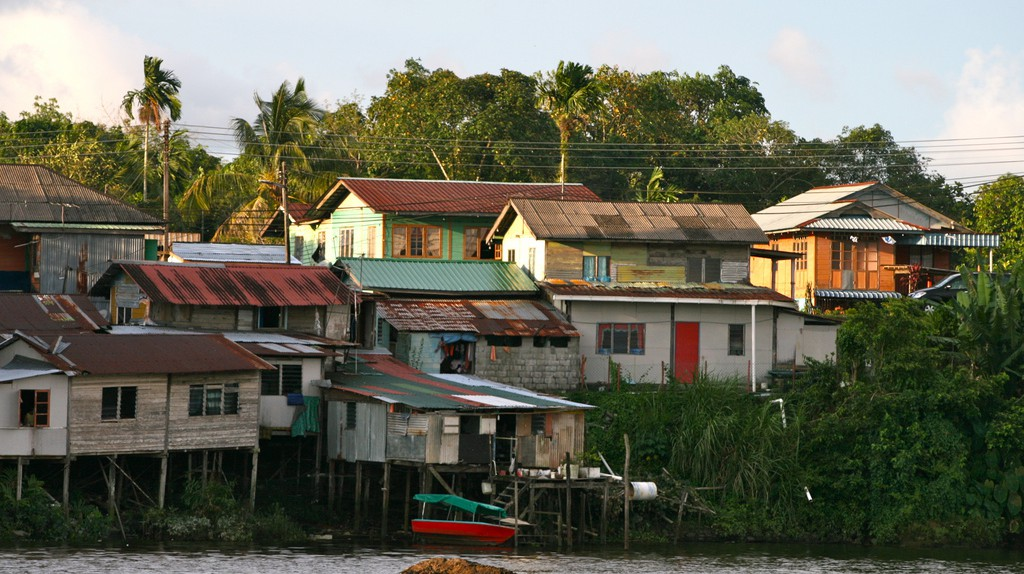 Riverside homes in Kuching © Davida De La Harpe