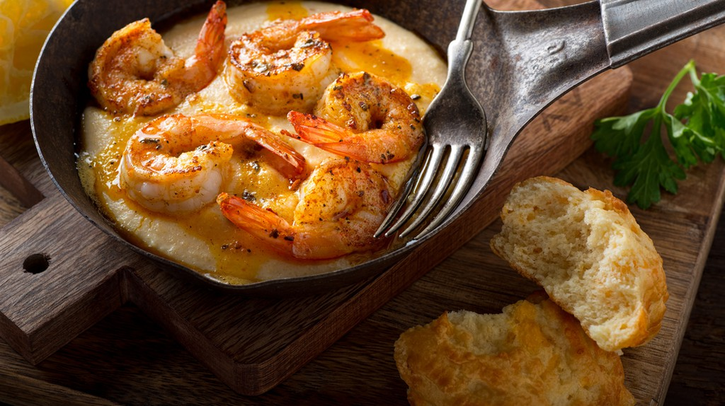 Cajun style shrimp and grits with cheddar  | © Foodio/Shutterstock