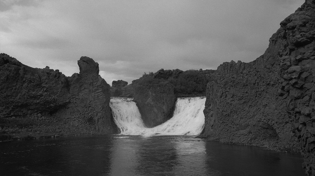 MAGNET, 2009/2010 -  black and white photograph, 100 x 130 cm   © Alena Kotzmannova