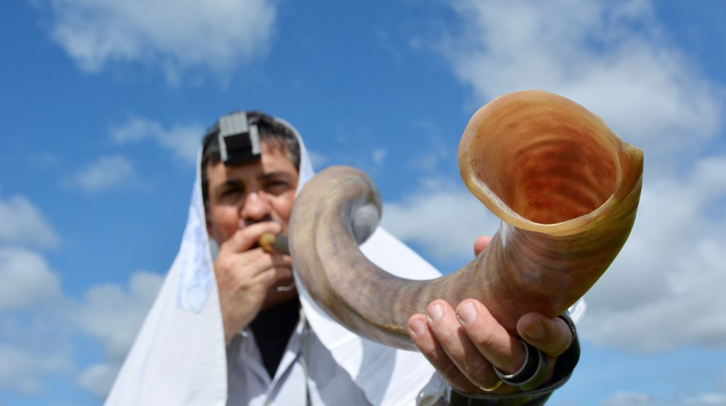 Jewish man blows Shofar | © ChameleonsEye/Shutterstock