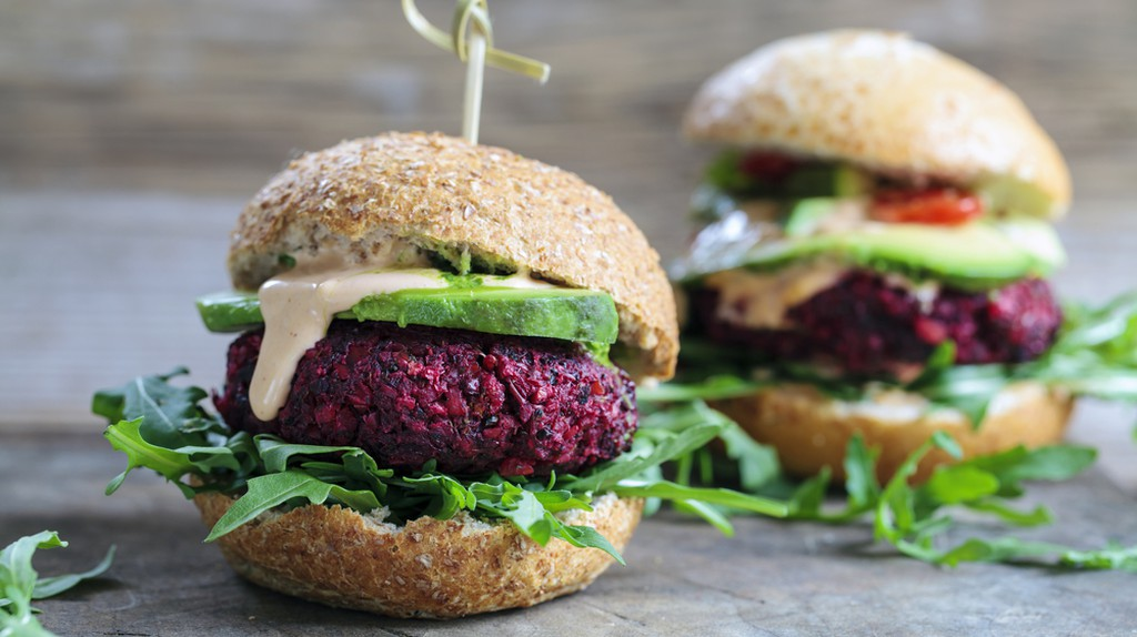 Vegetarian beetroot burgers with arugula and avocado | © /Shutterstock