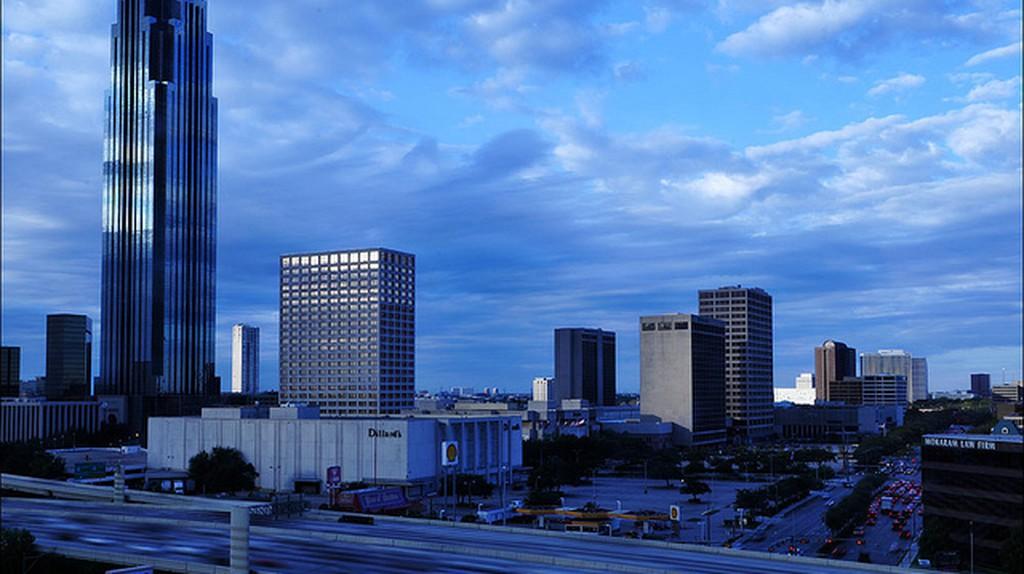 View of Houston from Hotel Derek   © Romtomtom/Flickr