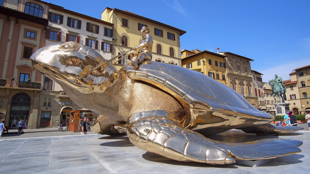 monument of the golden turtle near the Palazzo Vecchio in Florence, Italy  © Vereshchagin Dmitry/Shutterstock