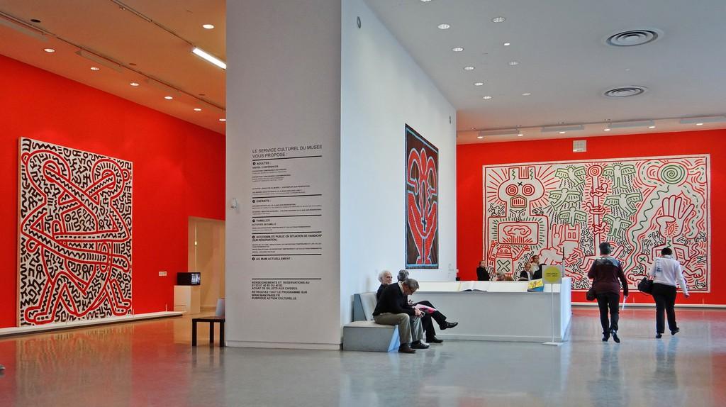 Le hall du musée d'art moderne de la ville de Paris lors de l'exposition Keith Haring. © Jean-Pierre Dalbéra /Wikicommons