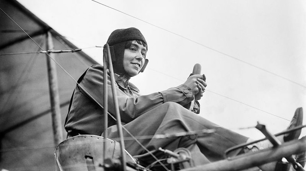 Hélène Dutrieu in her airplane, c. 1911|© Bain News Service/Wiki Commons