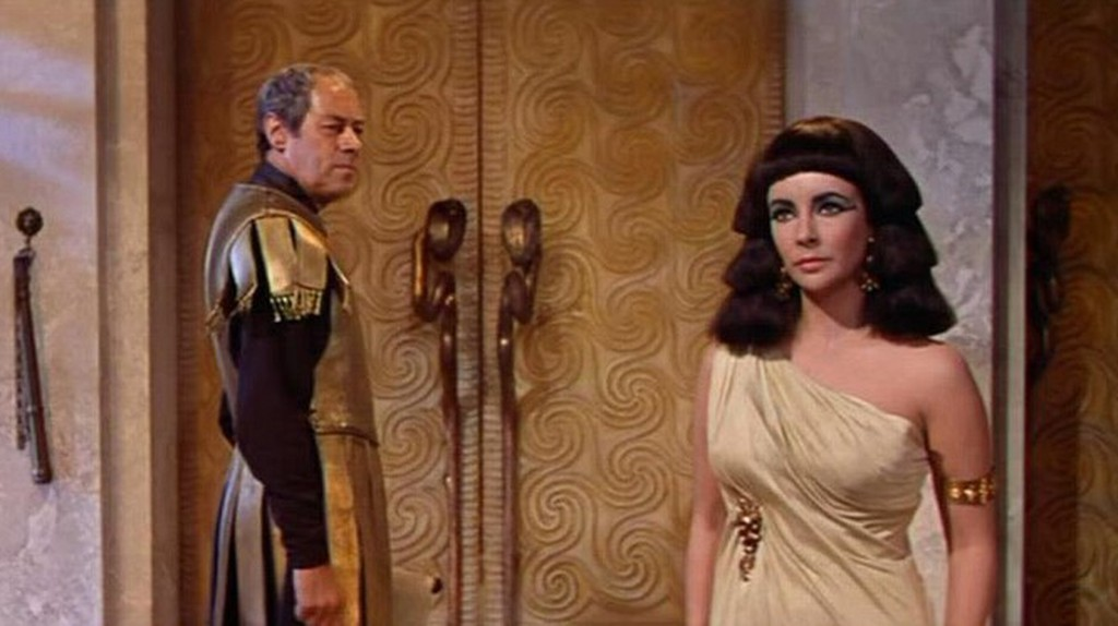 Elizabeth Taylor in Cleopatra (1963) | © Hollywood Fashion Vault/Flickr