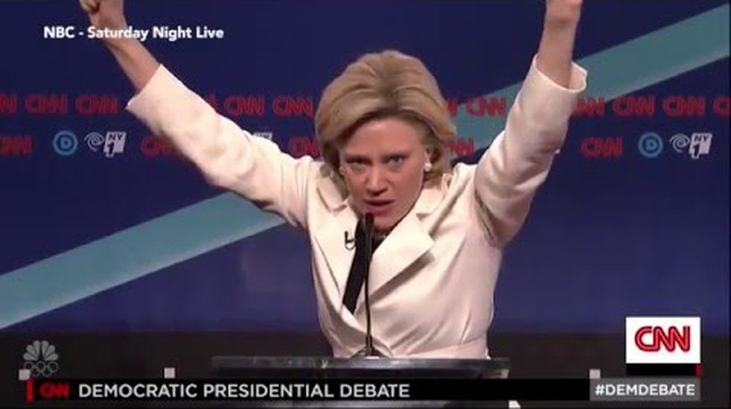 'Hilary' and 'Bernie' have a slap fight during debate on SNL | © YouTube/WikiCommons