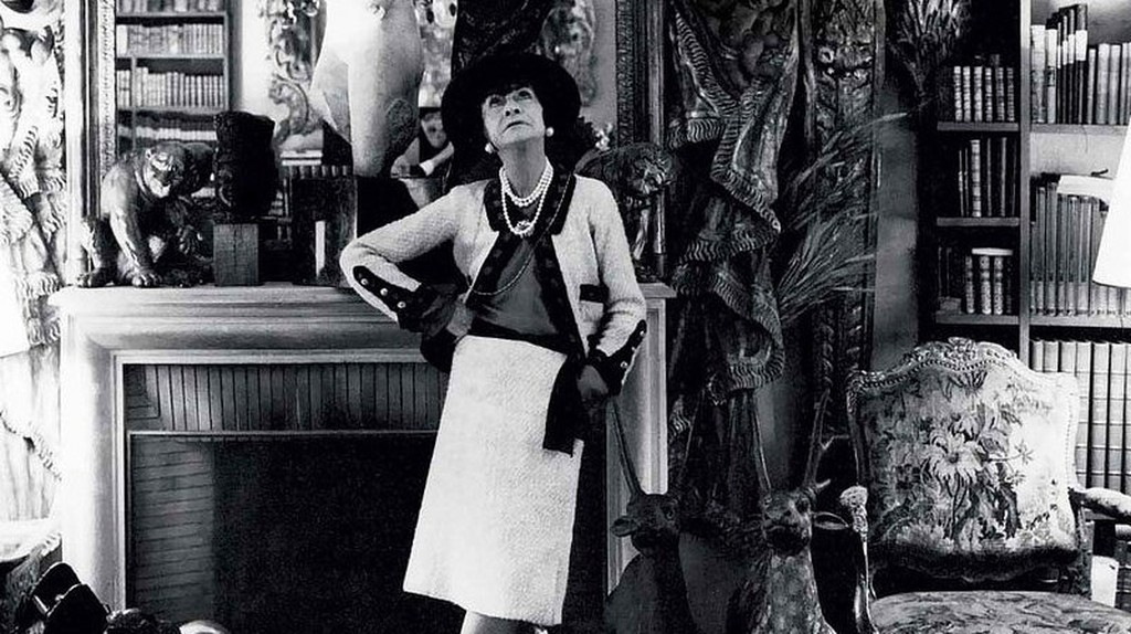 Coco Chanel (photographed in her private apartment at 31 Rue Cambon) by Cecil Beaton | © Ŧhe ₵oincidental Ðandy/Flickr