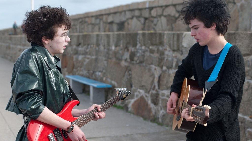 Mark McKenna and Ferdia Walsh-Peelo in Sing Street (Lionsgate)