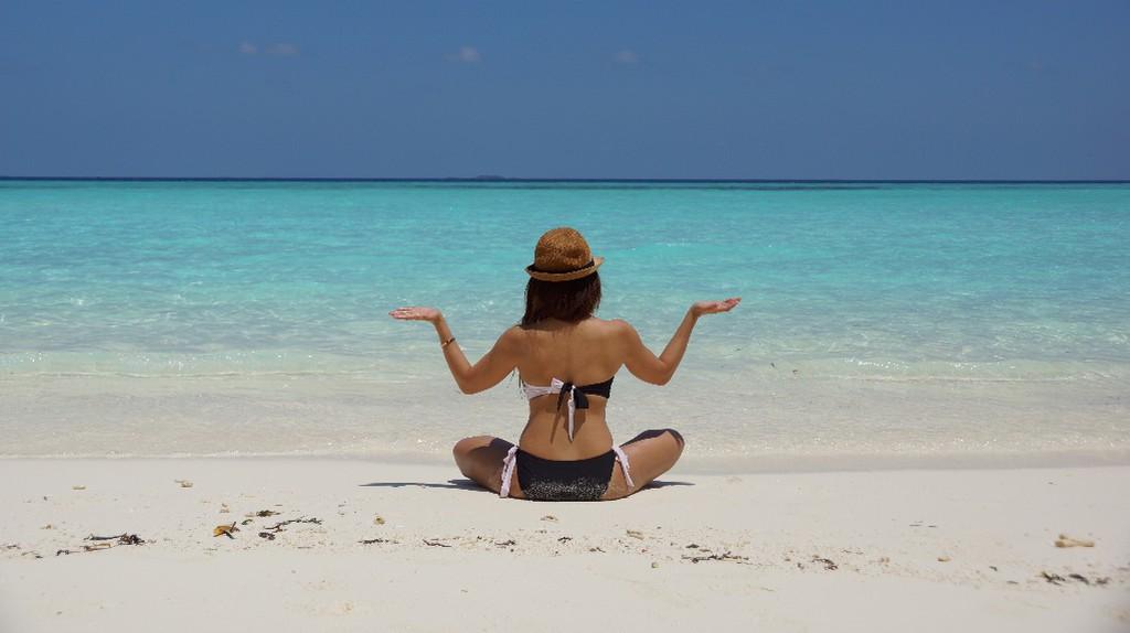 Woman on the beach © Wendy Hero/Pexels