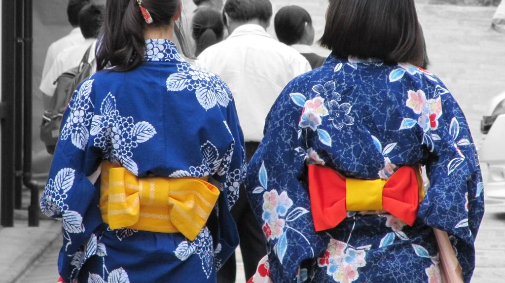 Women in indigo yukata out for a stroll   © Lorean a.k.a. Loretahur/Flickr