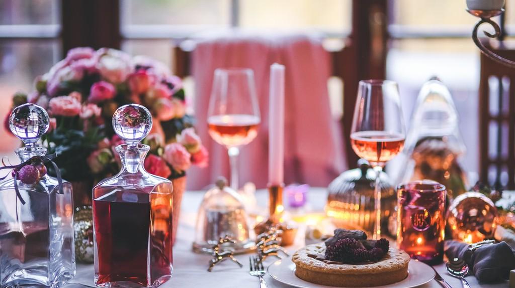 Have a romantic dinner | © Kaboompic // Karolina / Pexels