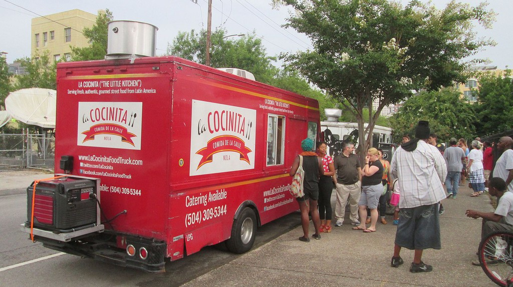 Food truck, Carondelet Street, at the upper edge of New Orleans Central Business District │© Infrogmation of New Orleans/WikiCommons