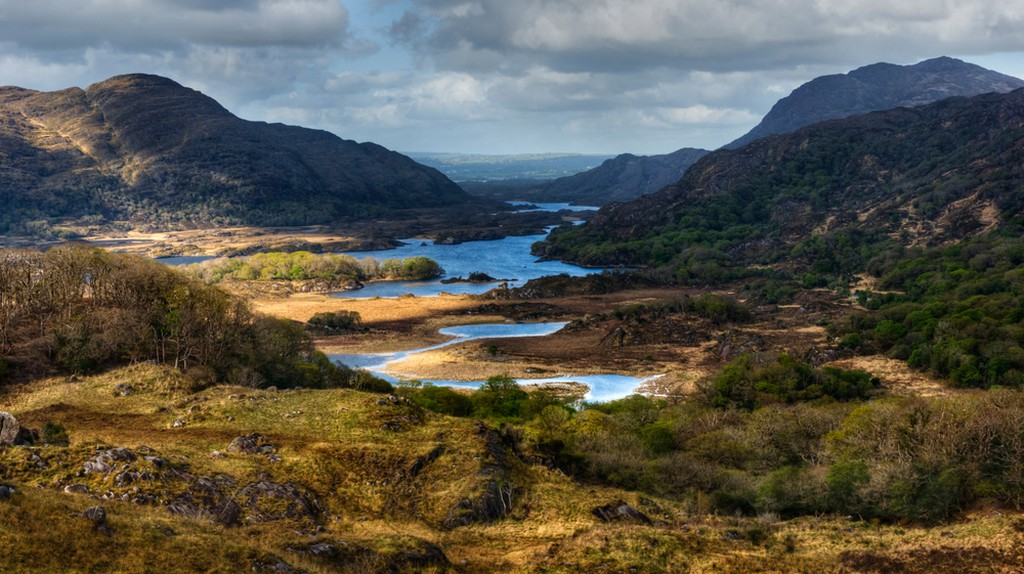 Distant view over lakes and mountains in Ring of Kerry, Ireland © Tiramisu Studio / Shutterstock