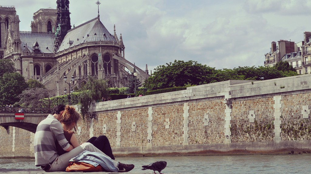 Young lovers by Notre-Dame │© damonnofar