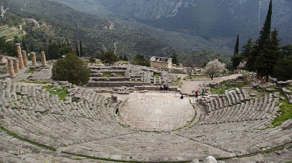 The Theatre of Delphi from above, with the base of Temple of Apollo | © Challisrussia/WikiCommons