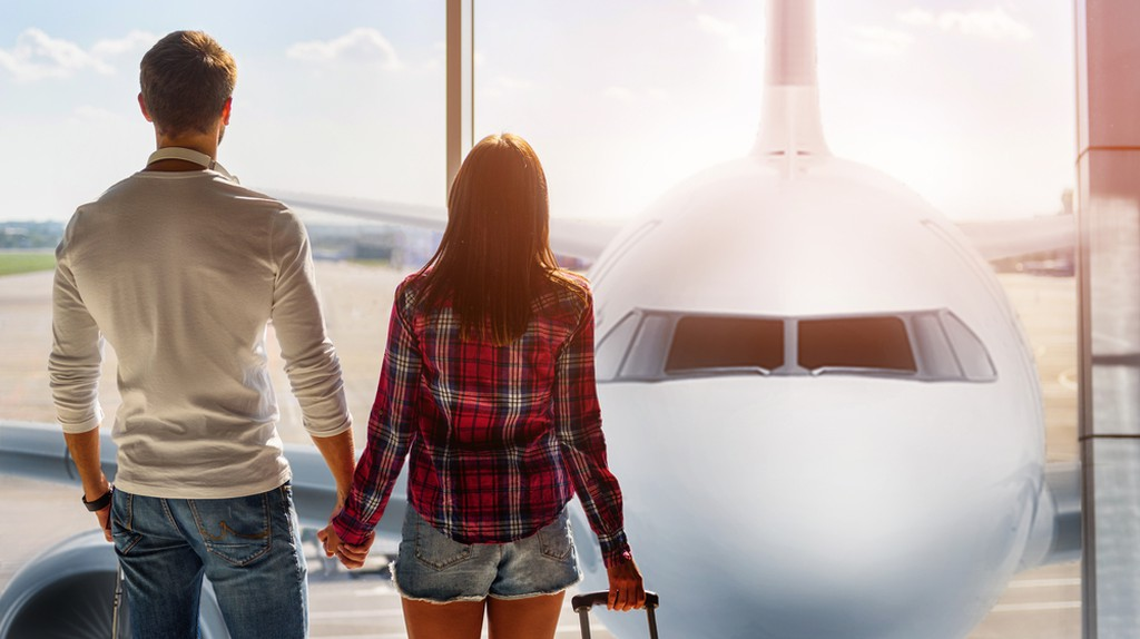 Couple traveling © Olena Yakobchuk/Shutterstock