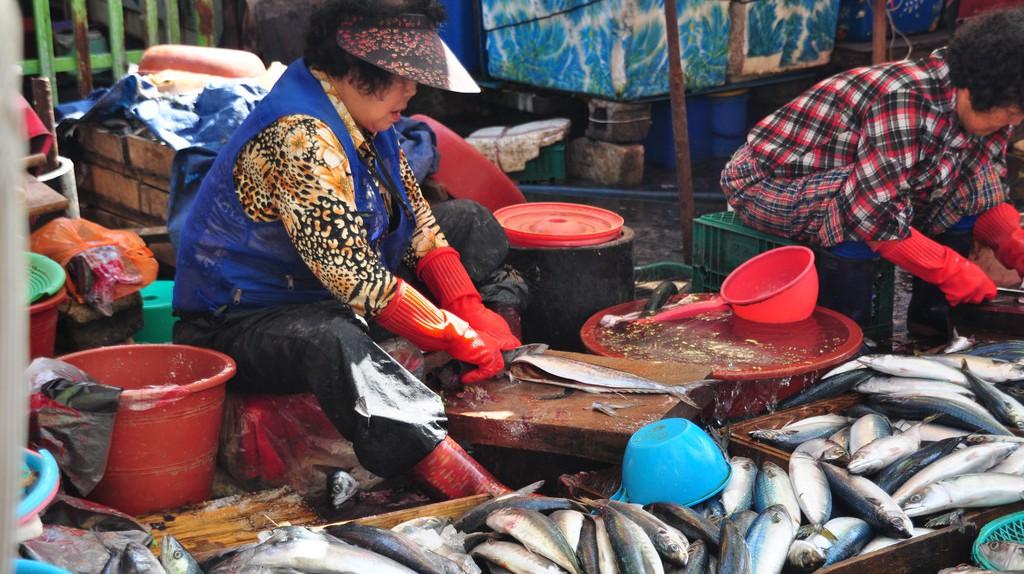 Vendors clean fish at Jalgachi Seafood Market in Busan   © Jordi Sanchez Teruel / Flickr