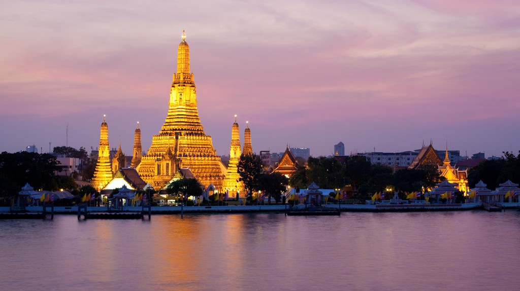 Wat Arun glowing in the pink twilight by Chao Phraya River, Bangkok, Thailand | ©unjie/Shutterstock