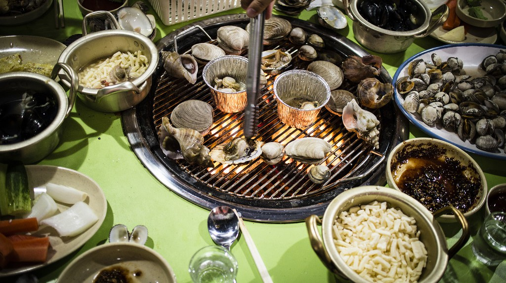 Grilled shellfish in Busan | © Mr.Kototo / Flickr