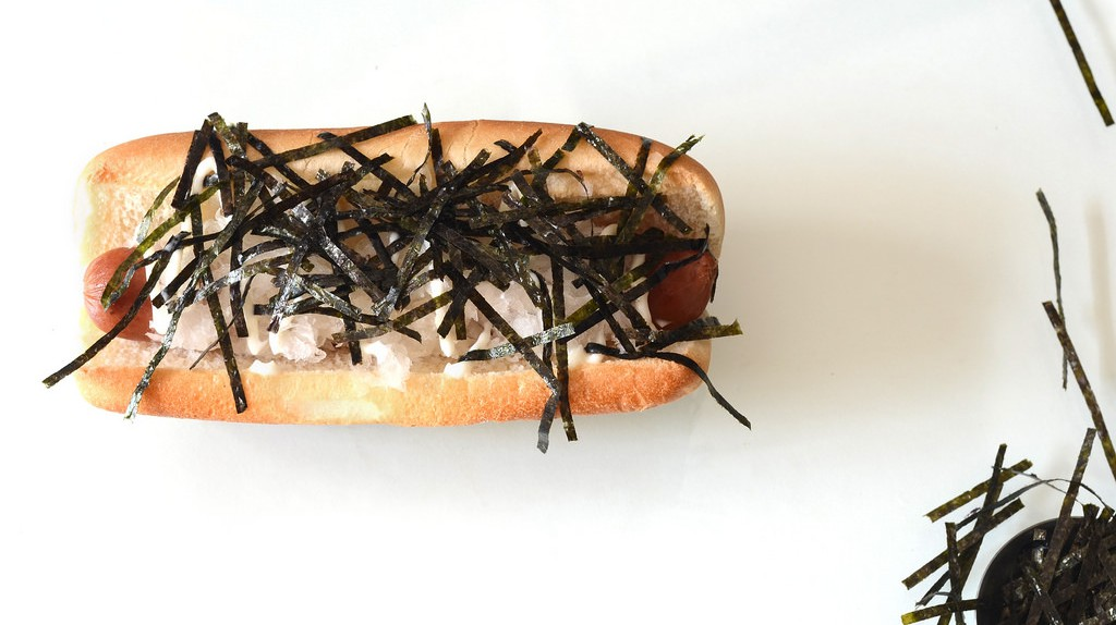 Hot dog sprinkled with seaweed and mayonnaise | © Personal Creations/Flickr