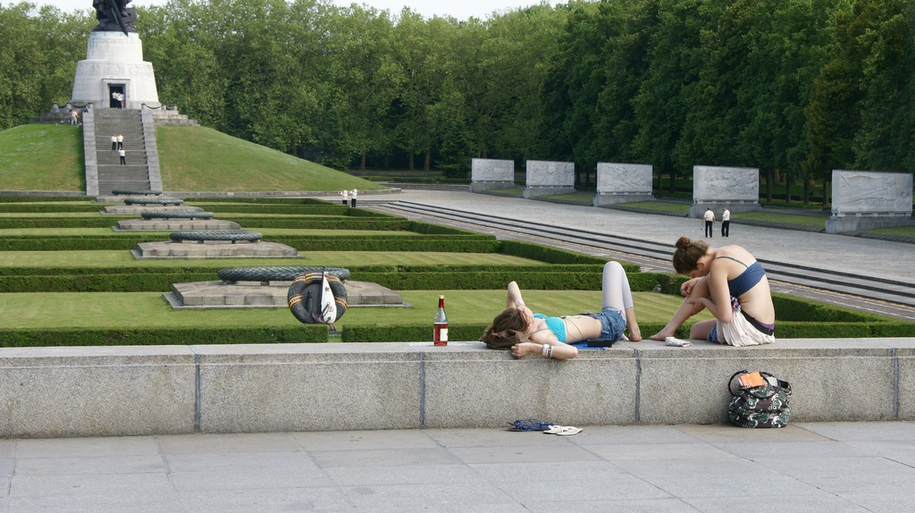 Girls relaxing at the soviet memorial | © Romana Klee/Flickr