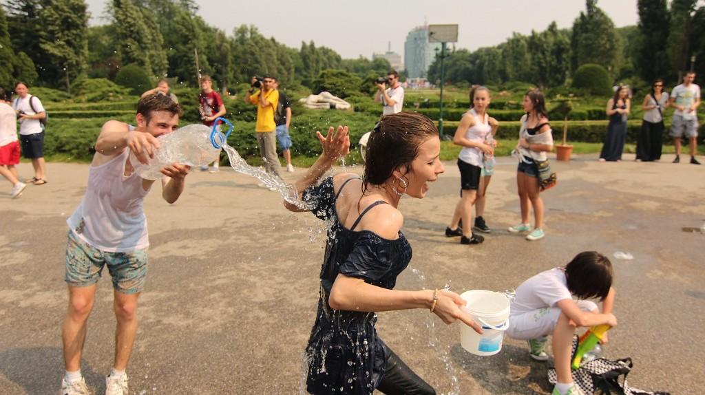 Water fight   © Nikei Bukulei / Flickr