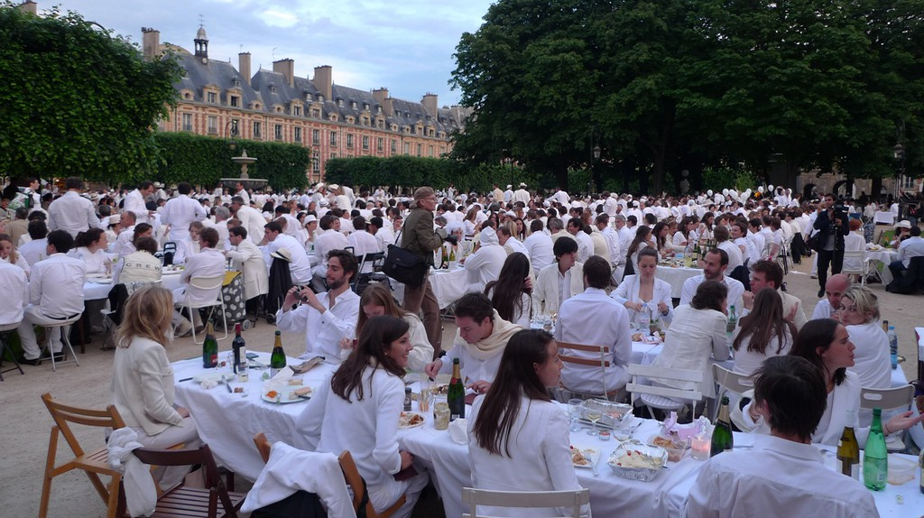 """White dinners are a chic affair where everyone brings a picnic and tables and has a """"pop up"""" dinner  © Luc Legay / Flickr"""