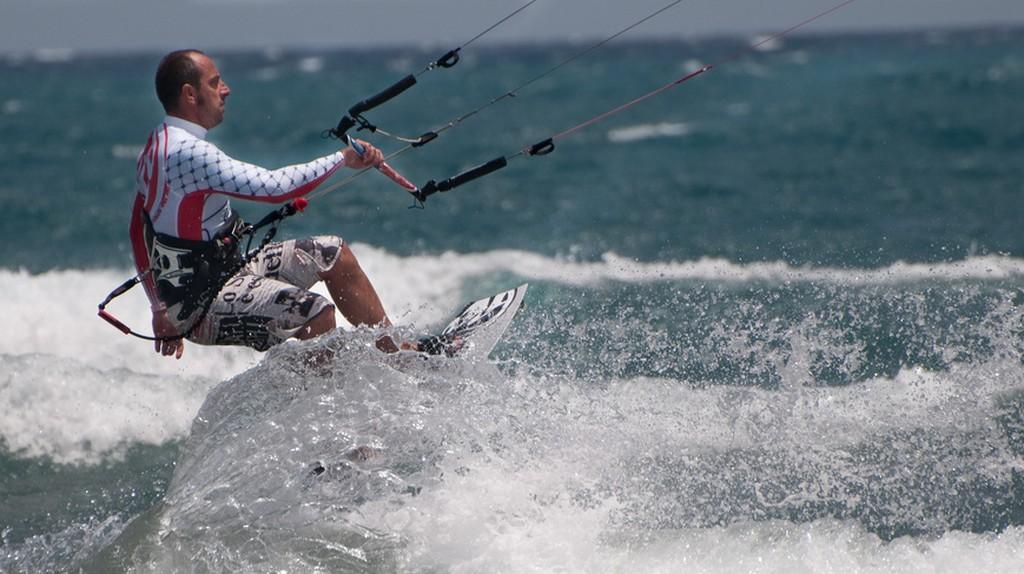 A kite surfer | © Juan Aguere/ Flickr