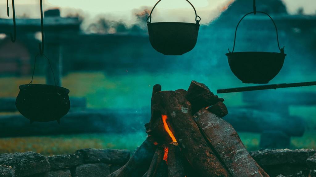 Cast-iron pots | ©Tikkho Maciel/Unsplash