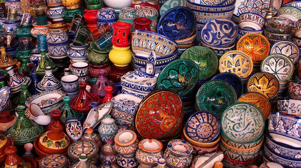 Moroccan pottery in a souk | © Valdiney Pimenta/Flickr