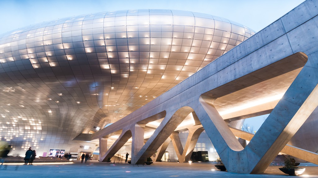 Dongdaemun Design Plaza at night, The building designed by Zaha Hadid and Samoo | © T.Dallas / Shutterstock