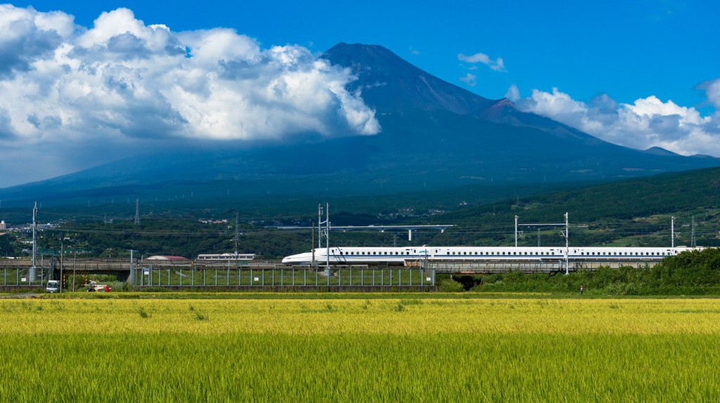 Bullet train, Tokaido Shinkansen | © Olga Kashubin/Shutterstock