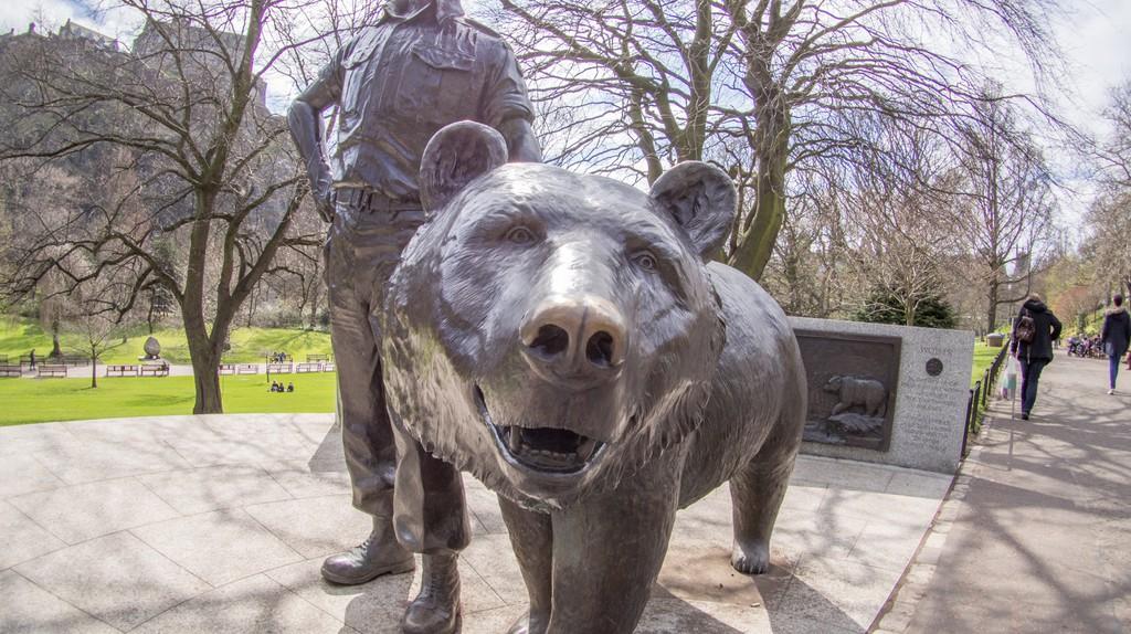 A statue of Wojtek the Bear in Princes Street Gardens, Edinburgh | © Taras Young/Wikicommons