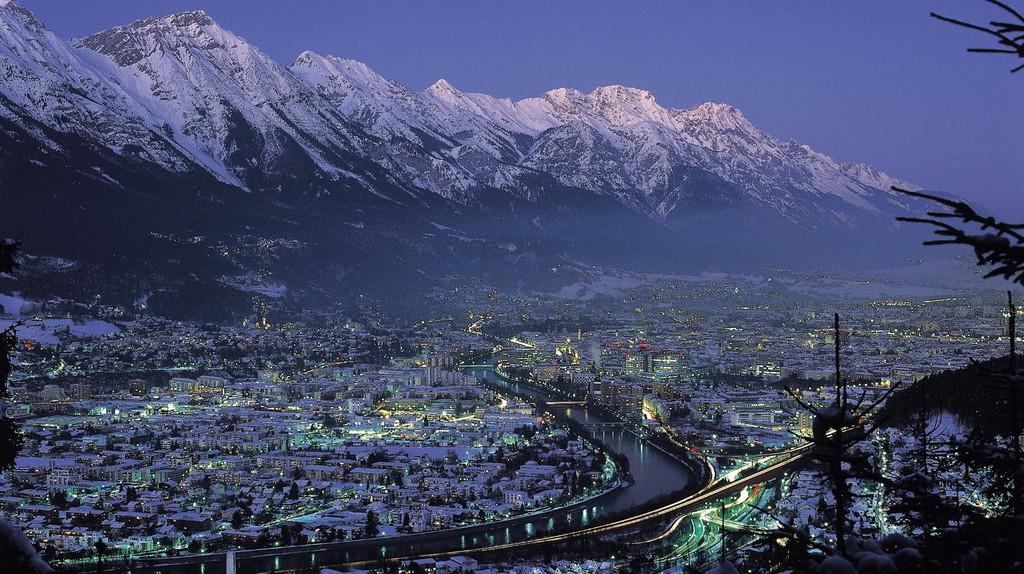 Innsbruck in winter nighttime    © Österreich Werbung / Mallaun