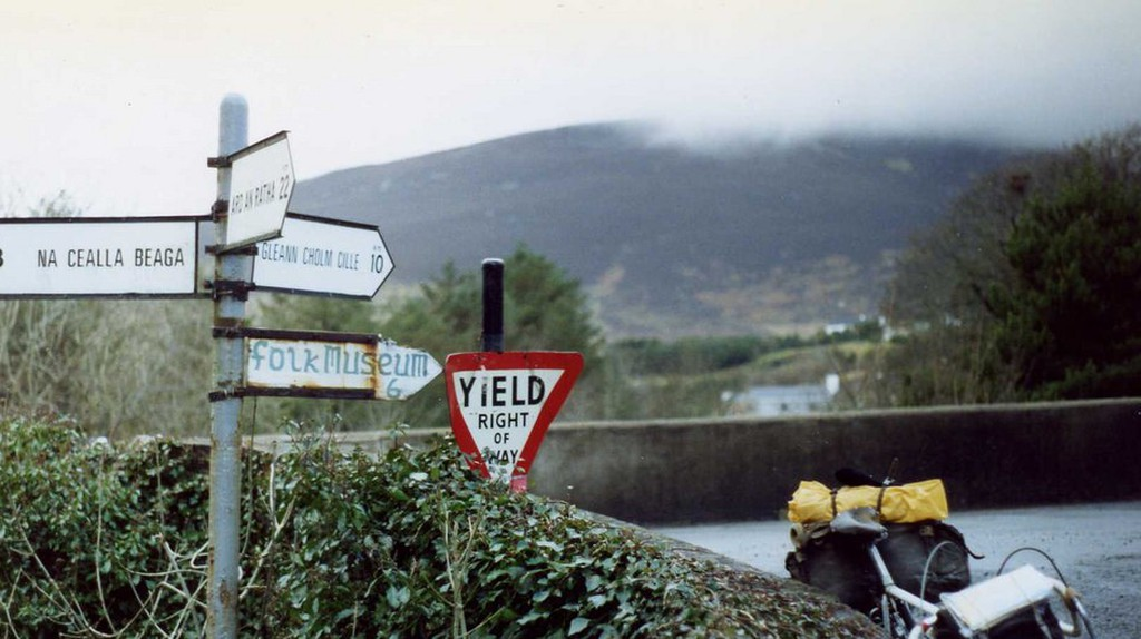 Gaeltacht road signs in Co. Donegal | © Sludge G/Flickr