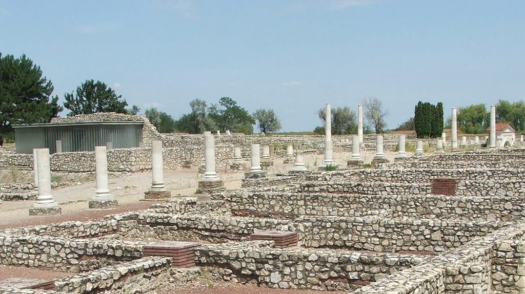 Tác, Gorsium, Decumanus Maximus, főutca   © Sunion / Wikimedia Commons