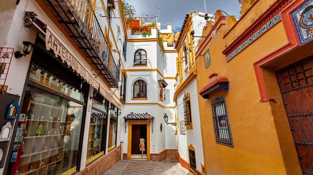 A typical street in the beautiful neighbourhood of Santa Cruz, Seville | © Irina Sen/Shutterstock