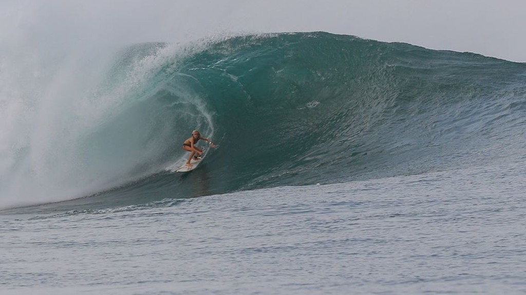 Riding a CheBoards surfboard on this beast of a wave | © CheBoards
