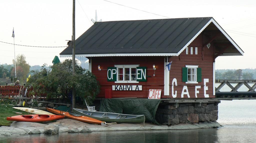A Finnish coffee shop on a lake/ Amir Yalon/ Flickr