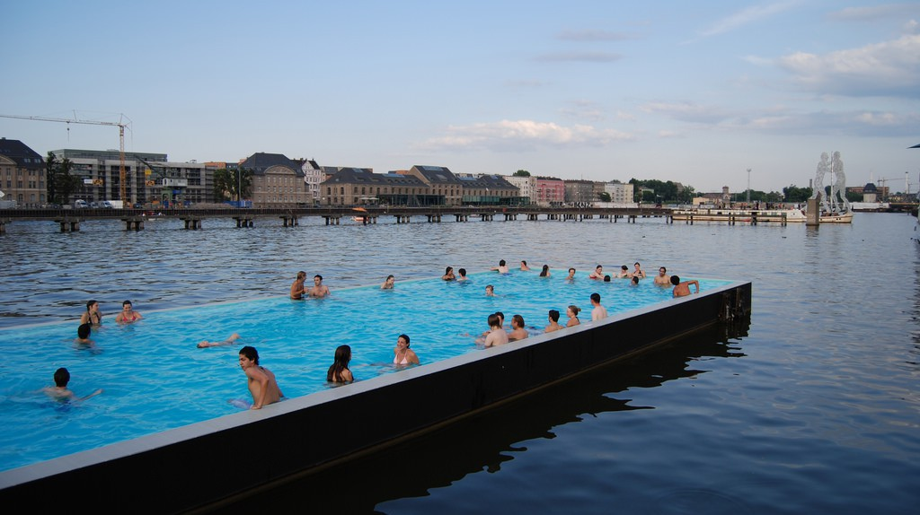 Summer here's and there is a swimming pool in the Spree   © Carlos ZGZ/Flickr