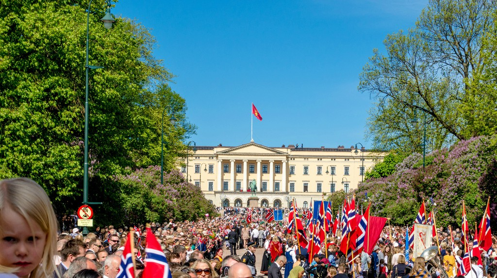 Happy Norwegians in front of the Royal Castle |© Petter Hebæk / Flickr