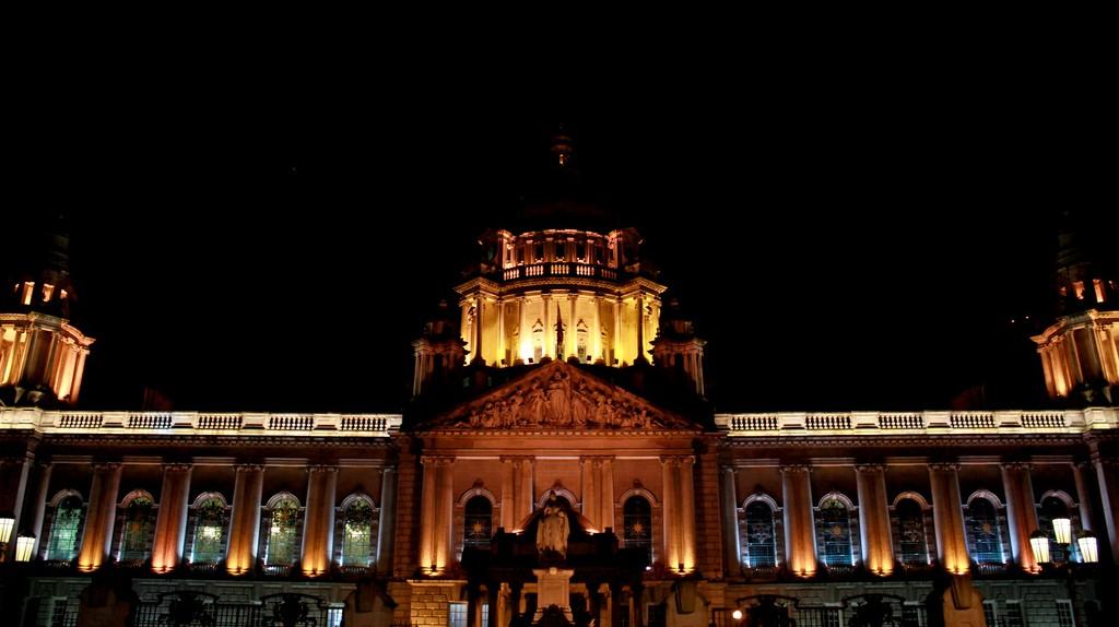 "<a href=""https://www.flickr.com/photos/andr3/6345508767/"" target=""_blank"" rel=""noopener noreferrer"">Belfast City Hall by night | © André Luís / Flickr</a>"
