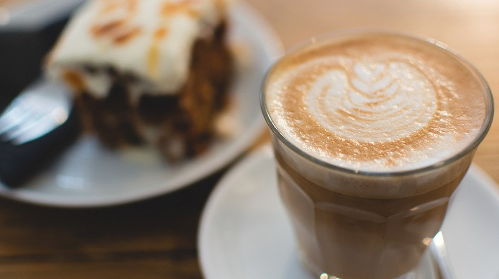 Flat white coffee and a slice of cake   © skeeze/Pixabay